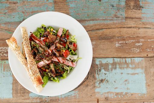 Closeup Van Top Over Een Plaat Met Salade Op Een Rustieke Achtergrond Stockfoto en meer beelden van Avondmaaltijd