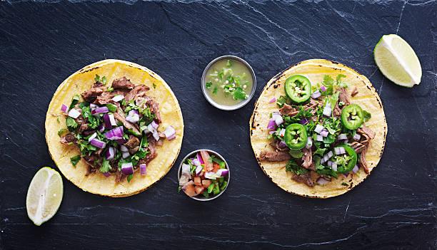 la fotografía de arriba abajo dos auténtico mexicano tacos - comida mexicana fotografías e imágenes de stock