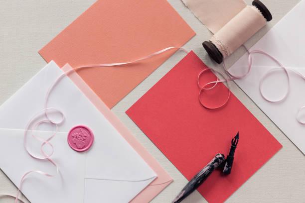 top-down ansicht leer rosa dankesschreiben oder hochzeitseinladung. - do it yourself invitations stock-fotos und bilder