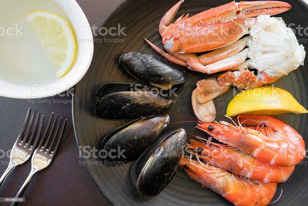 Vista de arriba de pescados y mariscos en la placa y dedos bowl - foto de stock