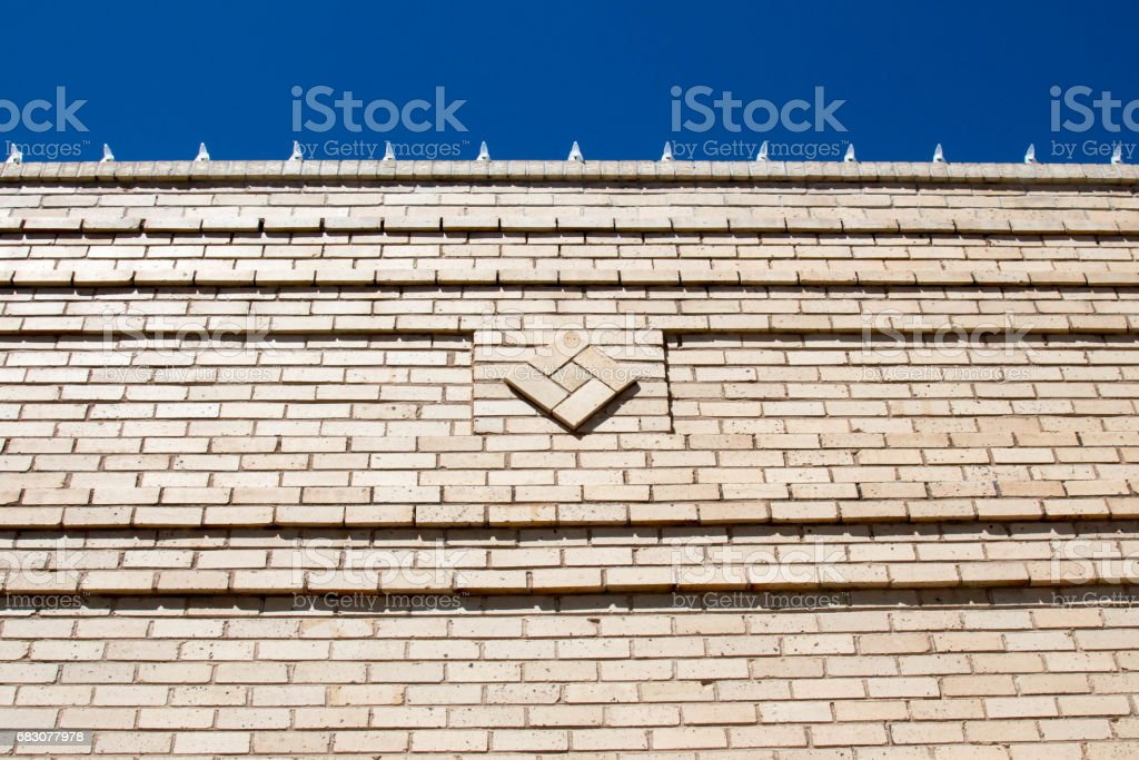 Top of a building with art deco details in a brick wall foto de stock royalty-free