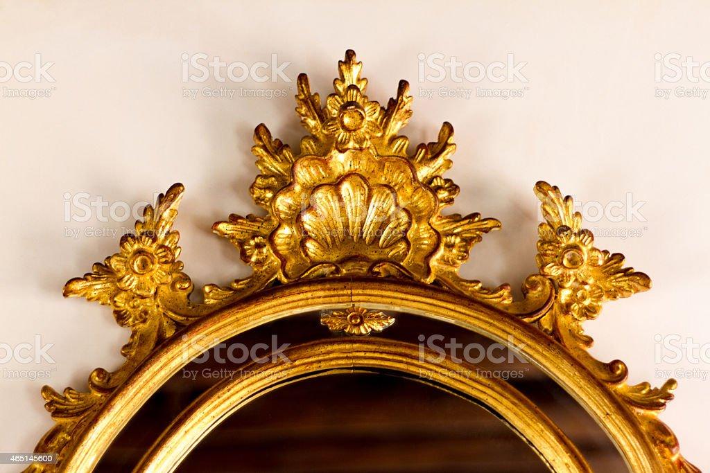 Topo do estilo barroco dourado espelho antigo - foto de acervo
