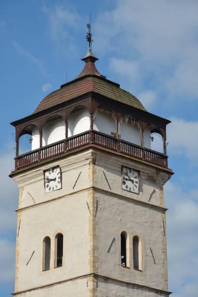 spitze des bewachungsturms auf der stadt roznava in der slowakei - bergmann uhren stock-fotos und bilder