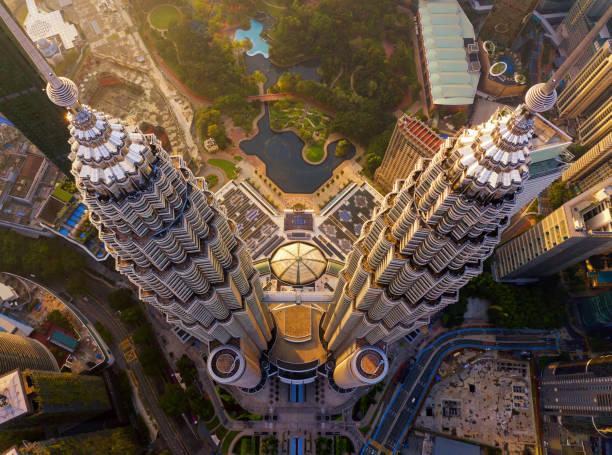 top van de petronas twin towers. luchtfoto van kuala lumpur downtown, maleisië. financial district en business centers in smart urban city in azië. wolkenkrabber en hoogbouw bij zonsondergang. - maleisië stockfoto's en -beelden