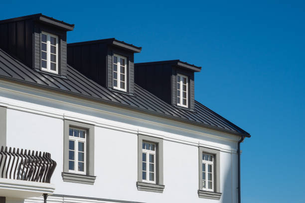Top Wohnhaus Fassade gegen blauen Himmel – Foto