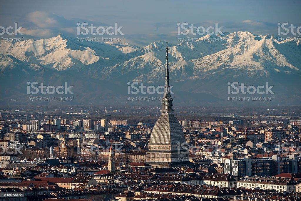 Vista dall'alto del centro di Torino con le montagne - foto stock