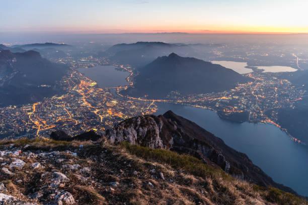 top van de berg boven de stad - lecco lombardije stockfoto's en -beelden