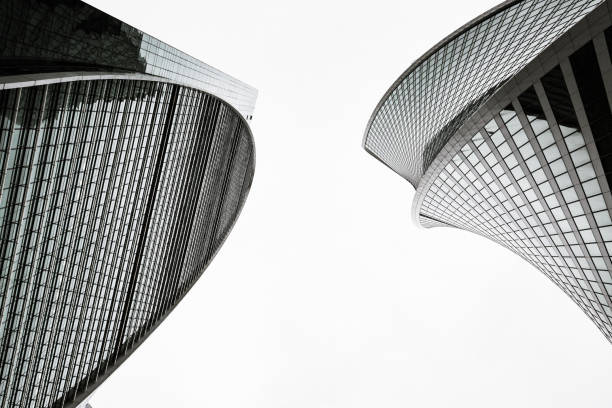2つの高層ビルの頂上。 - 都市 モノクロ ストックフォトと画像