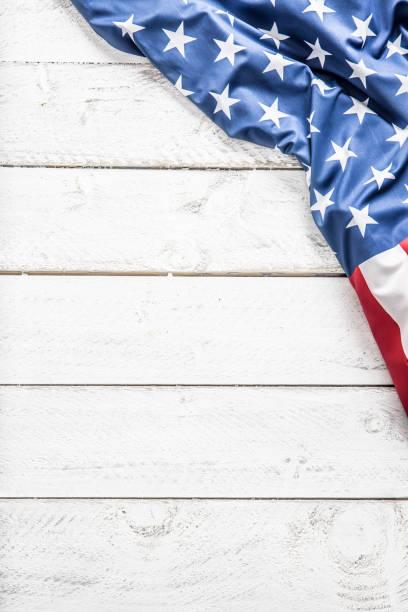 top of view american flag on white wooden table. - fourth of july zdjęcia i obrazy z banku zdjęć