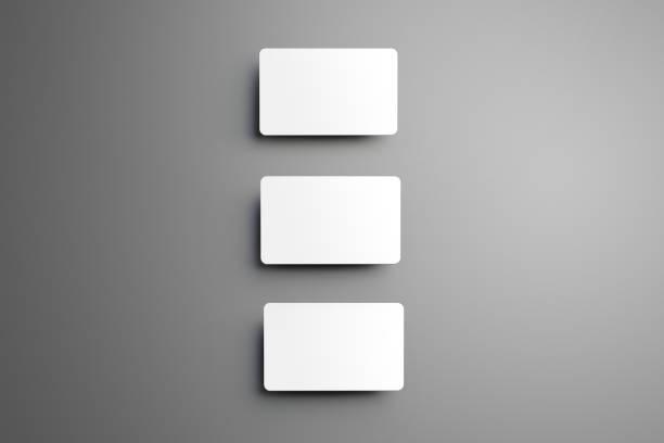 oben in der ansicht-mock-up von drei (geschenk) bankkarten senkrecht auf eine studio-hintergrund. - gutschein ausdrucken stock-fotos und bilder