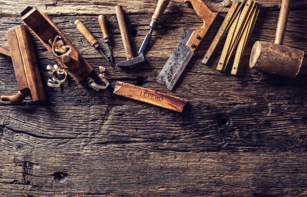 top-of view-vintage-tischlerwerkzeuge in einer schreinerei - schreiner stock-fotos und bilder