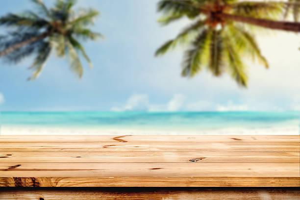 Nach oben Holztisch am Strand – Foto