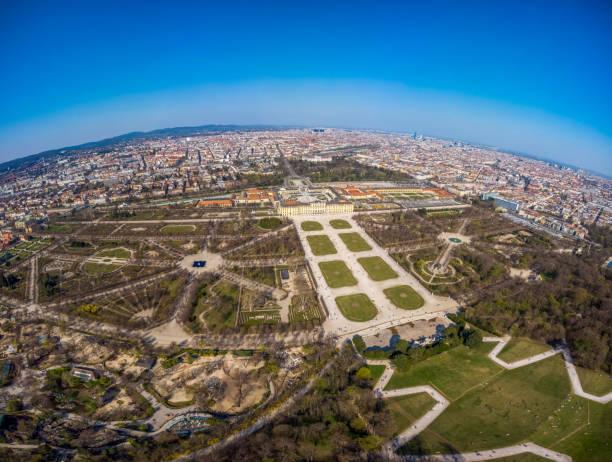 Top-Foto am Nachmittag über dem Schonbrunn Park in Wien. Blick auf den Palast von oben. Österreich. – Foto