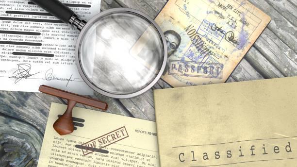 Top-geheimes Dokument freigegeben, vertrauliche Informationen, geheime Text. Stempel und Lupe. Reisepass, Geheimagent – Foto