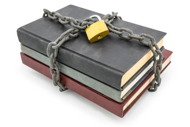 Streng geheime Informationskonzept, alte Bücher mit Kette und Vorhängeschloss isoliert auf weißem Hintergrund – Foto