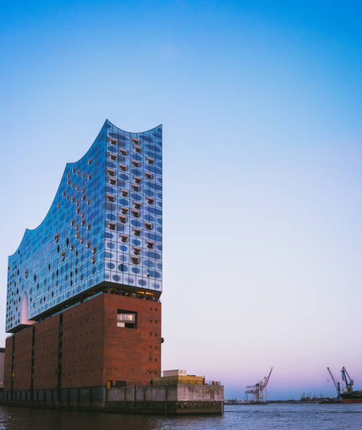 top-form der elbphilharmonie am strahlend blauen himmel mit einigen lila sonnenuntergang farben, hamburg, deutschland - reifen hamburg stock-fotos und bilder