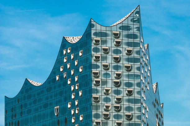 top-form der elbphilharmonie mit weißen fenstern und einige weiße wolken im himmel, hamburg, deutschland - reifen hamburg stock-fotos und bilder