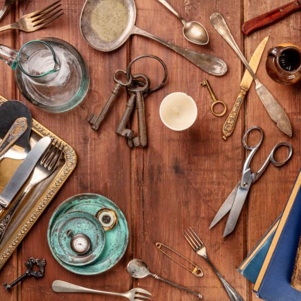 ein top schuss viele vintage-objekte, flohmarkt sachen auf einem holztisch, ein vintage-hintergrund mit einem platz für text - besteck günstig stock-fotos und bilder