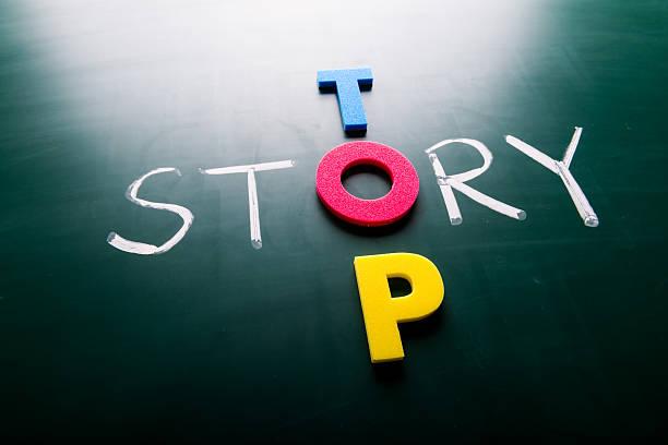 top story-konzept auf tafel - kurzgeschichten stock-fotos und bilder