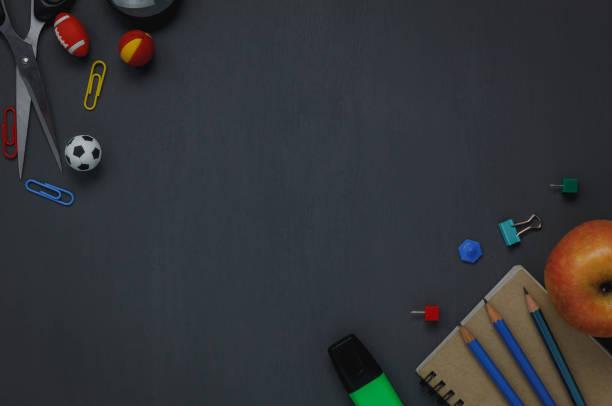 ansicht von oben zubehör zurück zu schule oder gegenstände desktop-office schreibtisch-hintergrund. sorte briefpapier auf grunge-tafel mit kopie raum für mock oben und website.flat lay.banner. - fußball poster stock-fotos und bilder
