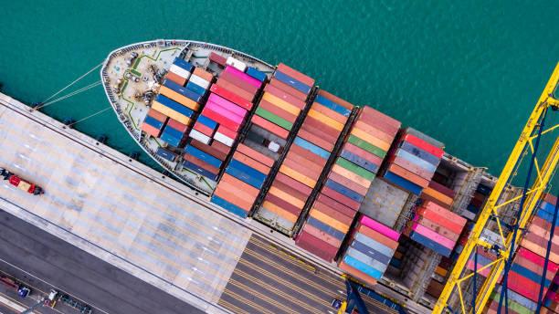 Top View Fracht Fracht Schiff, Be-und Entladen von Waren im Tiefseehafen Singapur – Foto