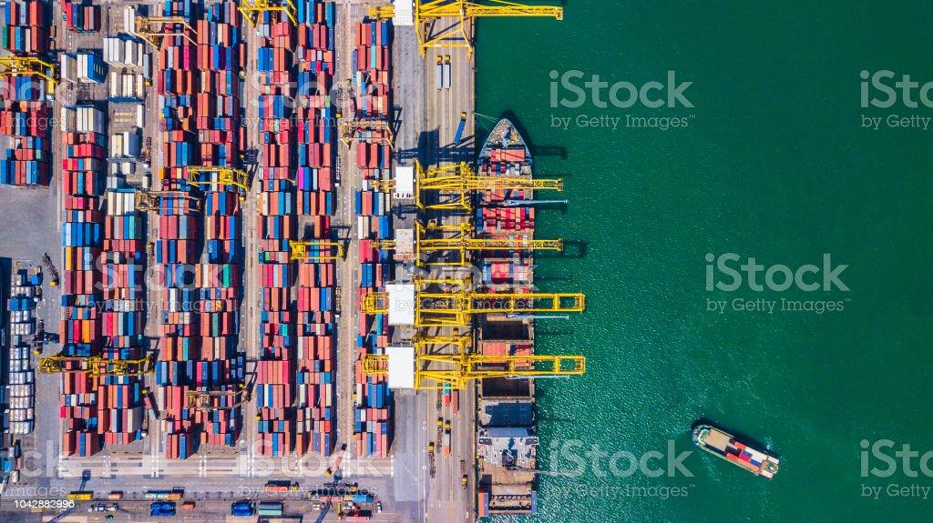 화물 선박 및 컨테이너 싱가포르와 깊은 물 포트의 상위 뷰 항공 보기 - 로열티 프리 0명 스톡 사진