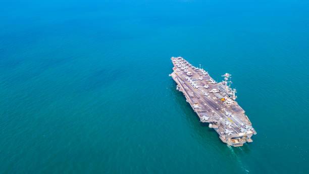 top view aircraft carrier kriegsschiff schlachtschiff im ozean - flugzeugperspektive stock-fotos und bilder