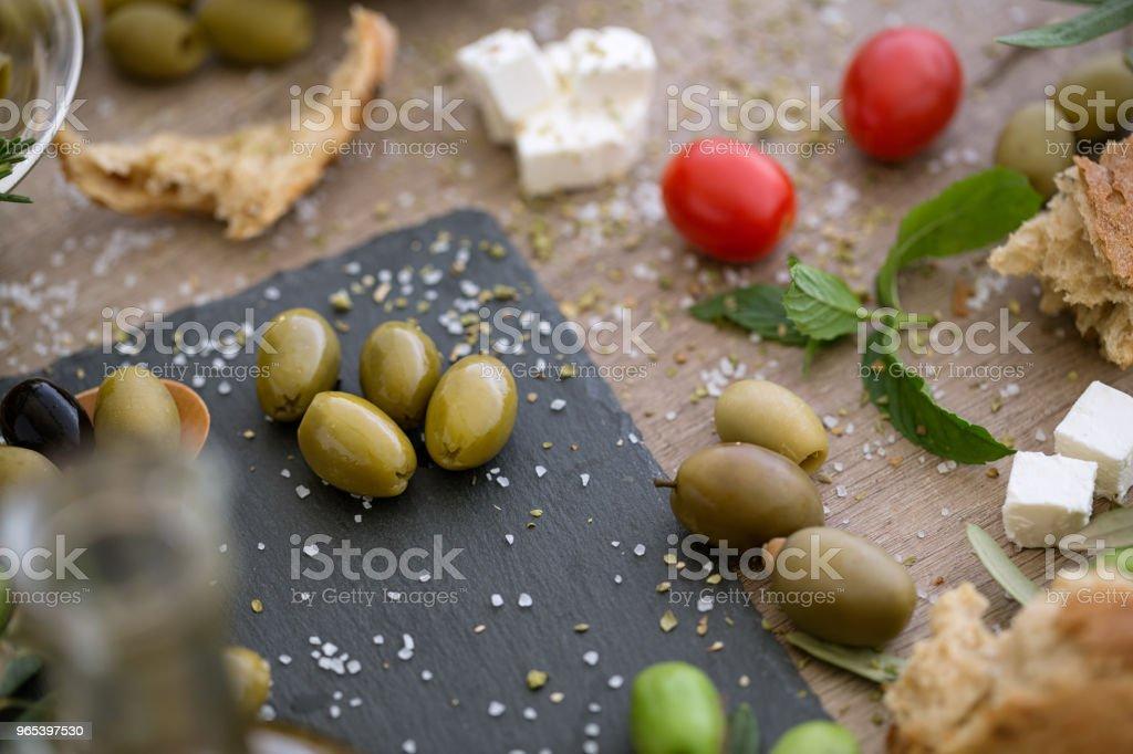 top view antioxidant green olives in black plate zbiór zdjęć royalty-free