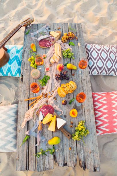 ansicht von oben-strand-picknick-tisch - carpaccio salat stock-fotos und bilder