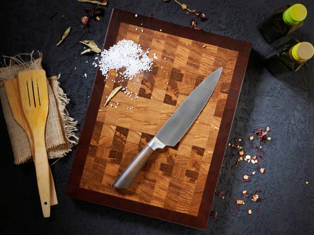 bovenaanzicht mooi snijden houten bord en chef-kok mes - keukenmes stockfoto's en -beelden