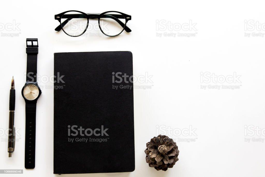 Vista superior. Óculos escuros vintage e livro e relógio. Estilo minimalista em fundo branco use para papel de parede e tela. - foto de acervo