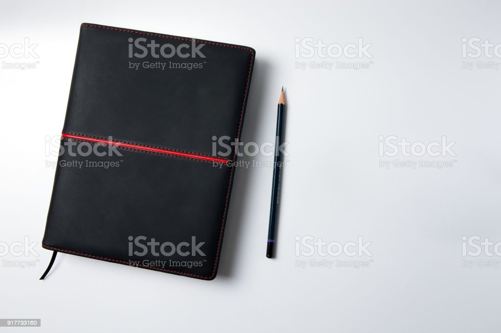 Haut de la page vue en cuir noir blanc journal et crayon sur