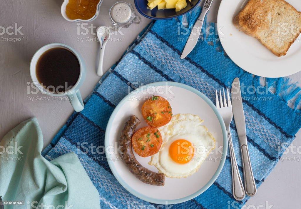 소시지, 계란, 토마토, 커피, 마멀레이드, 토스트와 함께 상위 뷰 조식 배경 - 로열티 프리 0명 스톡 사진