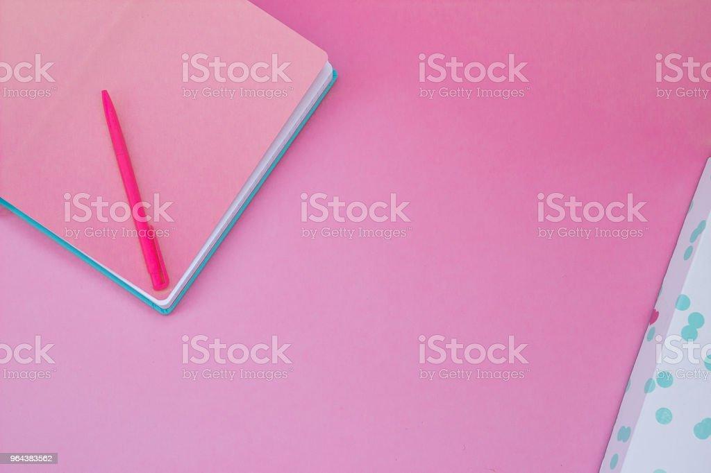 Caderno rosa vista superior castanho sobre fundo de cor pastel-de-rosa. - Foto de stock de Aprendendo royalty-free