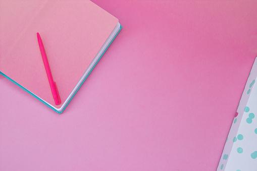 Foto de Caderno Rosa Vista Superior Castanho Sobre Fundo De Cor Pastelderosa e mais fotos de stock de Aprendendo