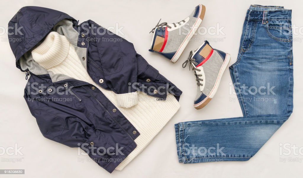226216a617ae0 Vue de dessus fashion look branché de vêtements d enfants sur fond en bois  blanc