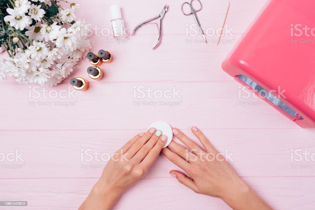 Vista Superior Composición Floral Femenino Manos Quitar Capa