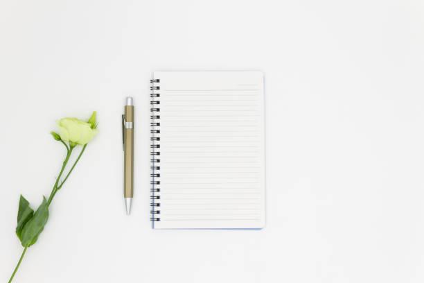 top view flower and note pad with pen space for text - folha de caderno imagens e fotografias de stock