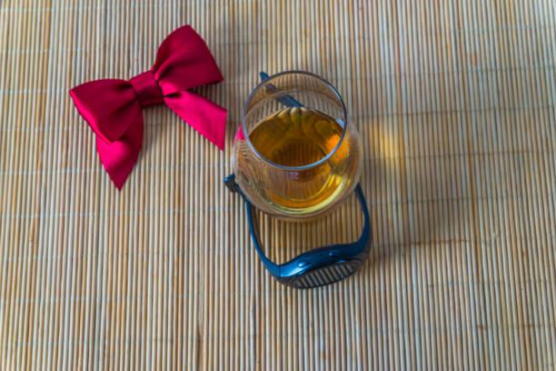 top-ansicht für ein glas whiskey-sing-malz, roter bogen, smartwatc - q q armbanduhr stock-fotos und bilder