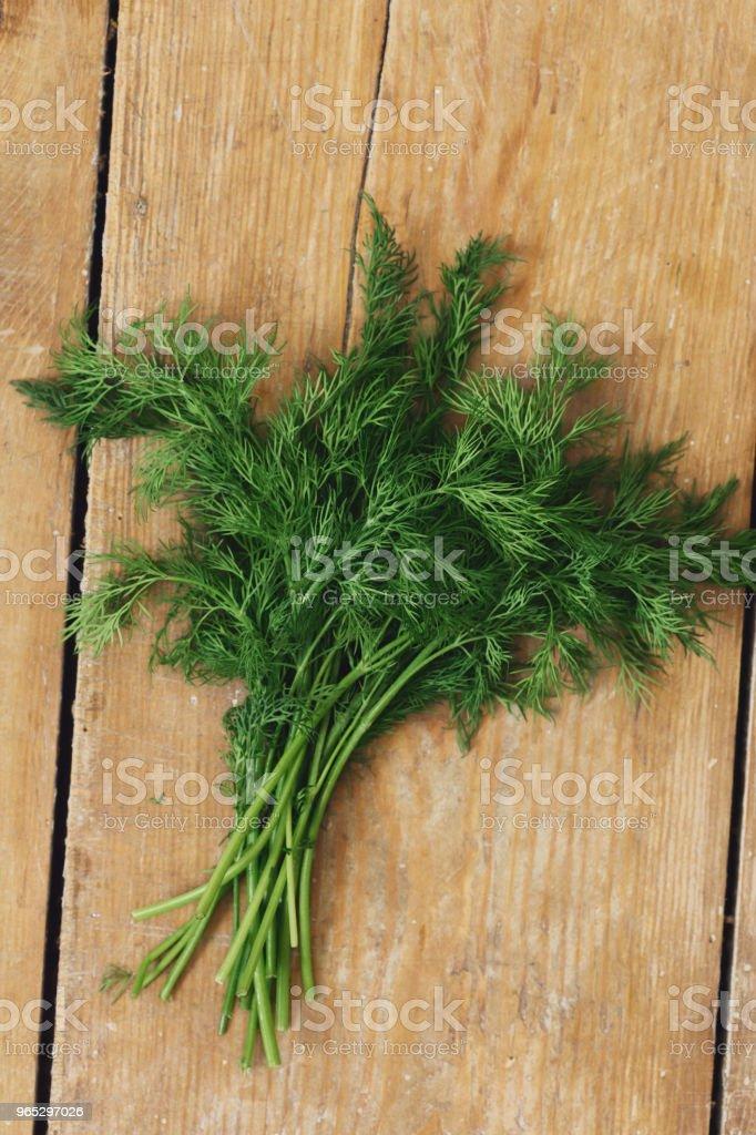 Top view fresh bunch of dill on wooden table zbiór zdjęć royalty-free