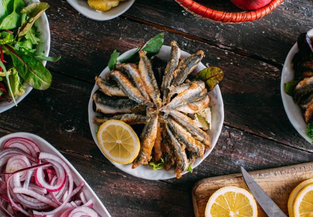 top view frito anchovy - anchoa fotografías e imágenes de stock