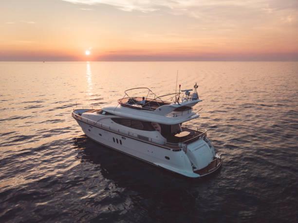 vista superior del abejón del puerto de yates - yacht fotografías e imágenes de stock