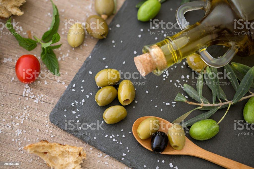 頂部視圖綠色和黑色健康橄欖木桌上 - 免版稅上衣圖庫照片