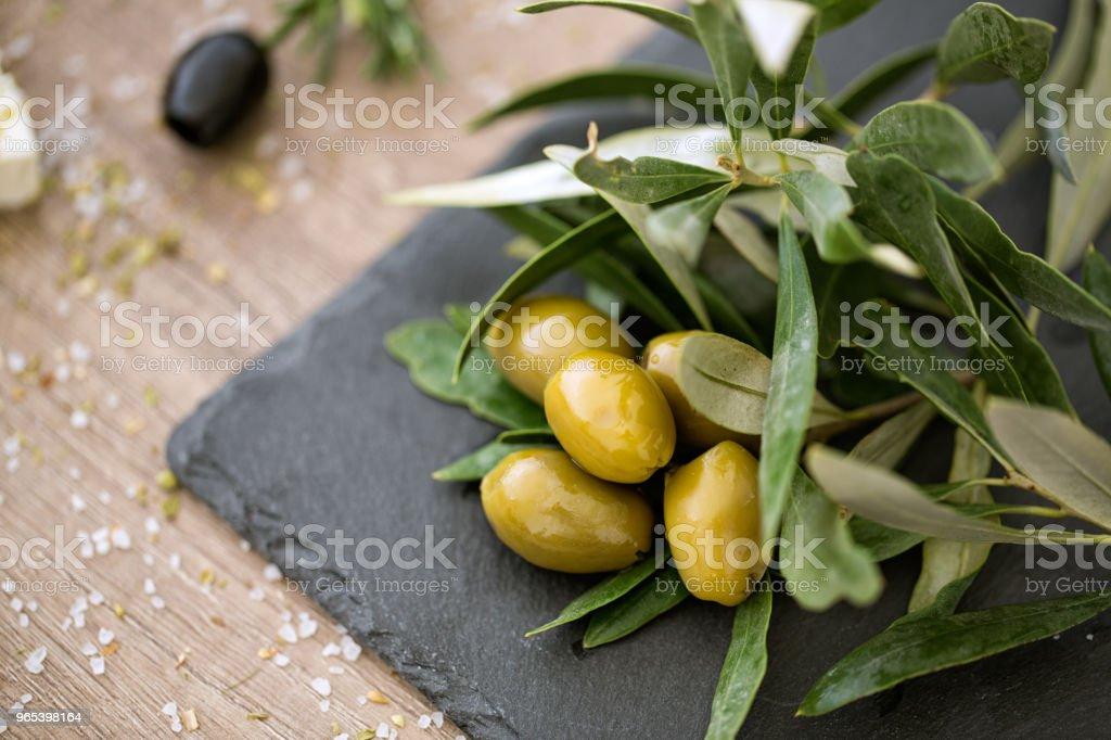 olives verte vue du dessus sur les feuilles d'Olivier naturel - Photo de Admirer le paysage libre de droits