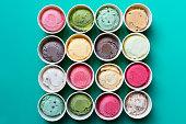 緑の背景の上にカップのトップ ビュー アイスクリームの味