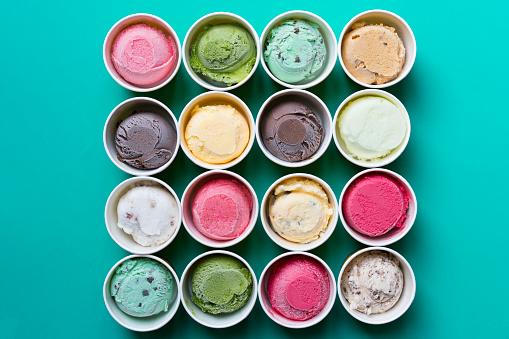 頂視圖霜淇淋的口味在綠色背景上的杯子 照片檔及更多 人造物件 照片