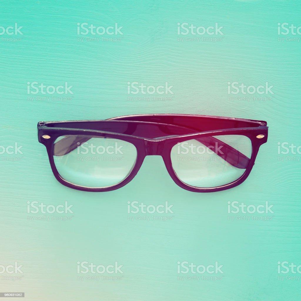 Ansicht von oben Bild schwarze Optische Brillen über Minze aus Holz Hintergrund. - Lizenzfrei Alt Stock-Foto