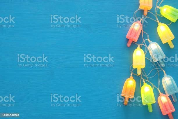 Widok Z Góry Obraz Lodów Cute Girlandy Strony Światła Na Drewnianym Niebieskim Tle - zdjęcia stockowe i więcej obrazów Lato