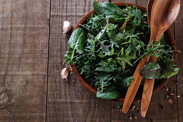 top view image of leafy green mix over wooden background - 青菜類 個照片及圖片檔
