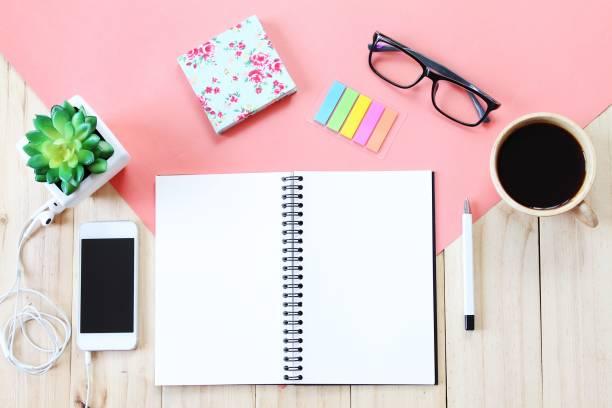 Image vue de dessus du cahier ouvert avec des pages blanches, accessoires et tasse de café sur fond en bois, prêt pour l'ajout ou maquette - Photo